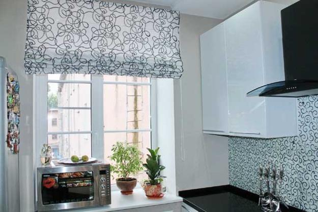 Cute Modern kitchen decor with fabric roman shades