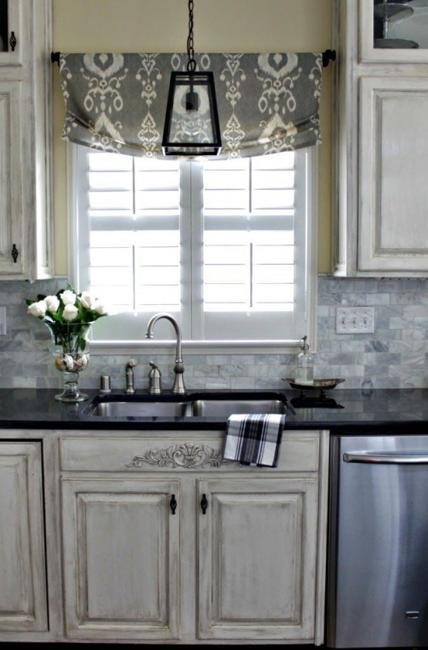Modern Kitchen Decor With Fabric Roman Shades