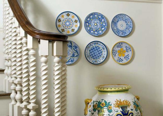 How to hang decorative plates and create spectacular walls - Decorating with plates in kitchen ...