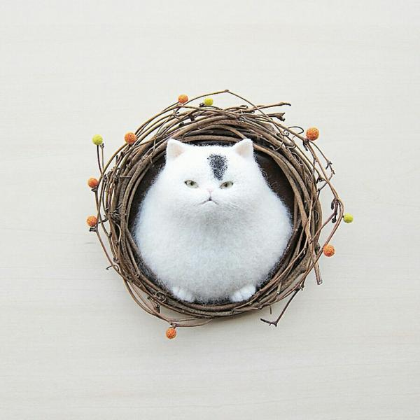 wall wreath with white cat